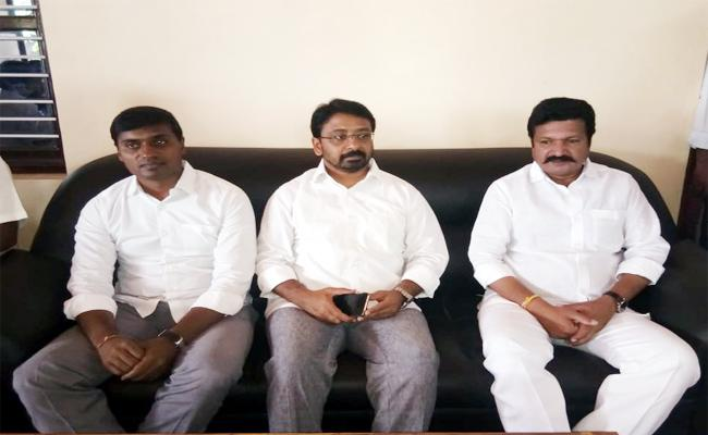 Mithun Reddy Invites Konda Sidhartha in YSRCP Chittoor - Sakshi