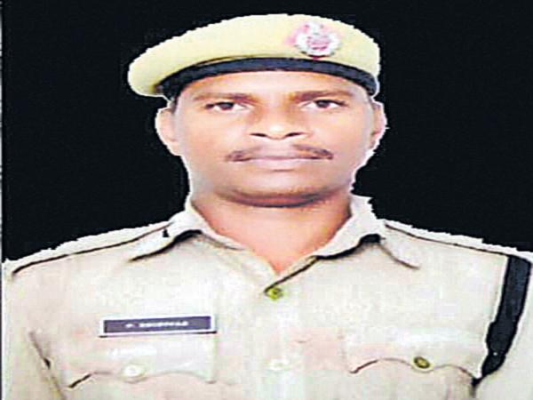 Constable committed suicide by shooting a gun - Sakshi