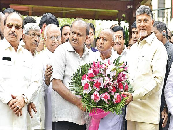 Chandrababu meets Deve Gowda and Kumaraswamy - Sakshi