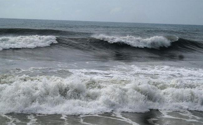 Low Pressure Over Bay Of Bengal Bring Rainfall To Coastal Andhra - Sakshi