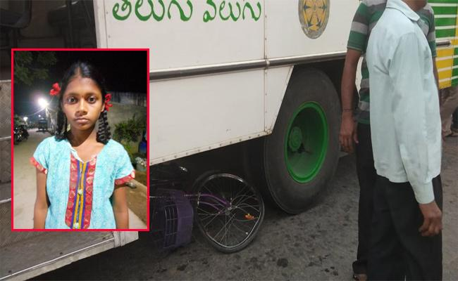 School Girl Safe in Bus Accident Guntur - Sakshi