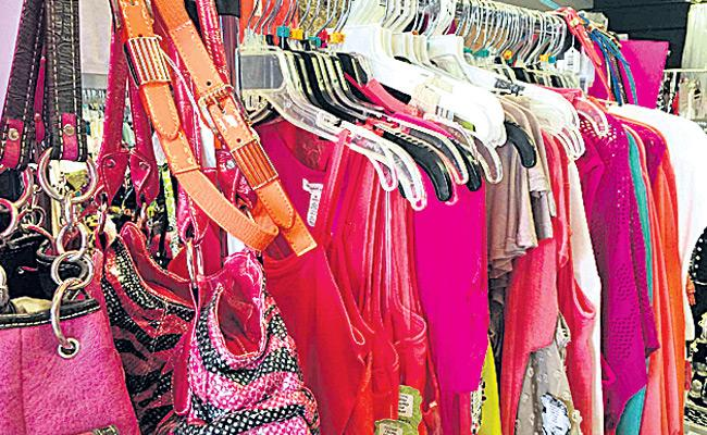 Viral Post That Wanted Thefts At Cloth Store In Britain - Sakshi