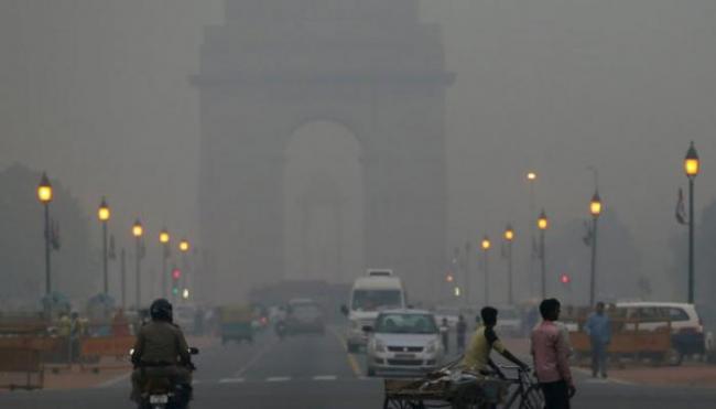 Delhiites Wake Up To Foggy Monday Morning - Sakshi