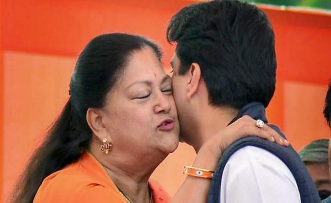 Vasundhara Raje Meets Jyotiraditya Scindia In Ashok Gehlot Swearing Ceremony - Sakshi