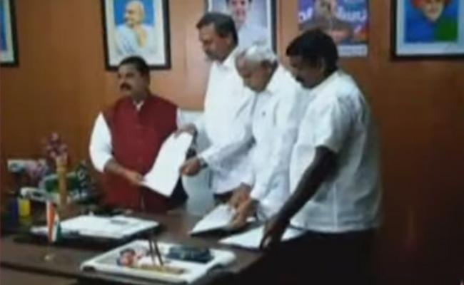 TRS Complaint To Swamy Goud Over Party Change MLCs - Sakshi