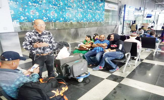 People Suffering With Cyclone Pethai in Visakhapatnam Airport - Sakshi