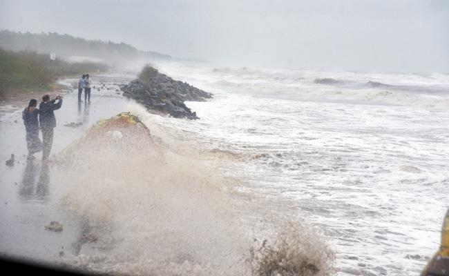 East Godavari Farmers Loss With Cyclone Pethai - Sakshi