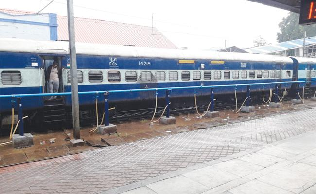 Cyclone Pethai Effect Train Services Cancelled in Vizianagaram - Sakshi