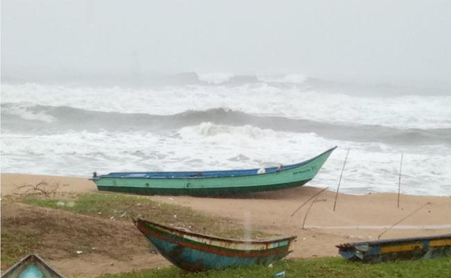 Visakhapatnam People Suffering With Cyclone Pethai - Sakshi