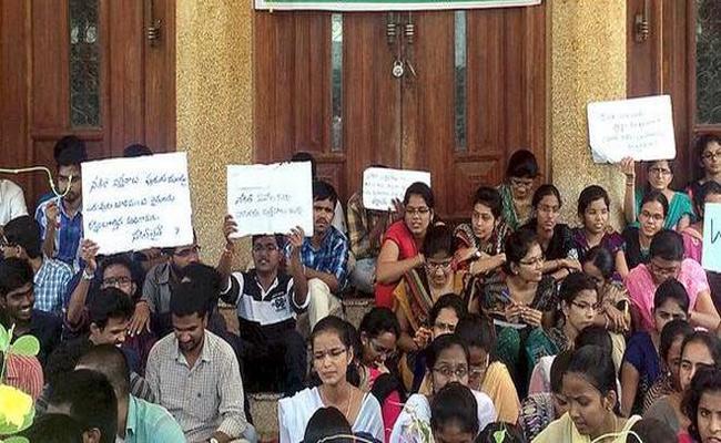 Students Strike At Bapatla Agricultural College - Sakshi