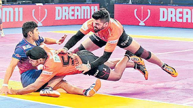 Pro Kabaddi 2018 Highlights: Dabang Delhi beat U Mumba  - Sakshi