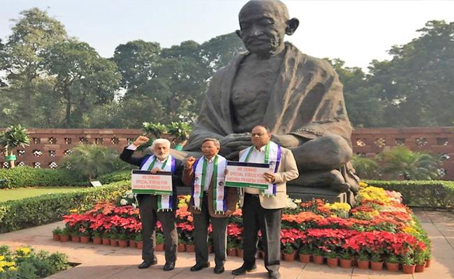 YSRCP MPs Protest At Gandhi Statue In Parliament For Special Status - Sakshi