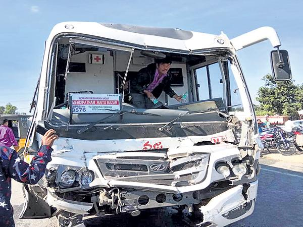15 dead in the road accidents - Sakshi