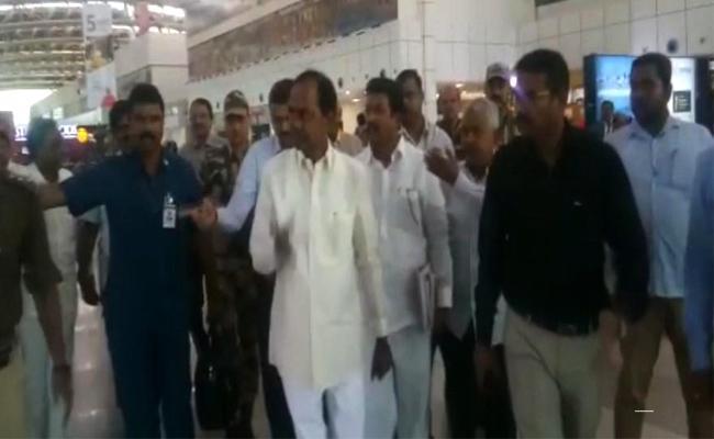KCR Reached Bhubaneswar To Meet Naveen Patnaik - Sakshi