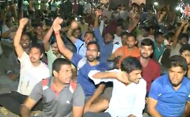 Student Protest In Andhra University Against Hotels Shut Down - Sakshi