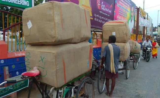 Ready made clothes smuggling From Kolkata - Sakshi