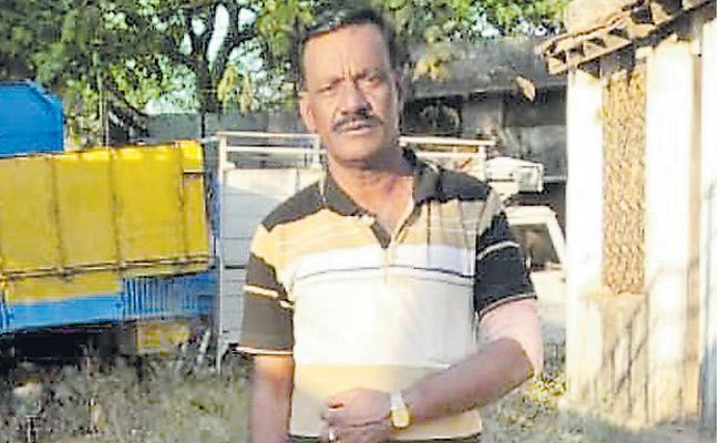 Timber smugglers attack on forest officials - Sakshi