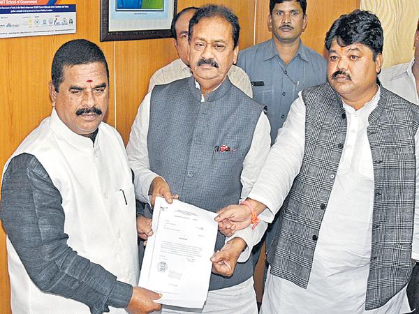 Congress Complaint to Chairman of the council about Akula Lalitha and Santhosh - Sakshi