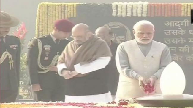 PM Modi Manmohan Singh Pay Tributes At Smriti Sthal - Sakshi
