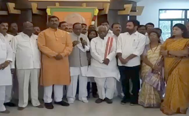 Telangana BJP Leaders Pay Tribute To Vajpayee On His Birth Anniversary - Sakshi