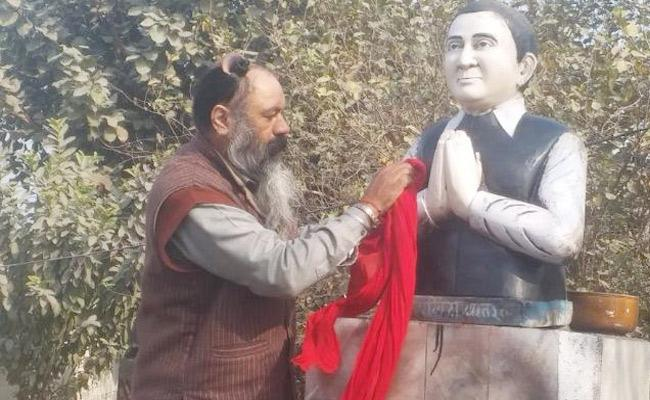 Punjab Congress Leader Receives Threats For Cleaning Rajiv Gandhi Statue - Sakshi