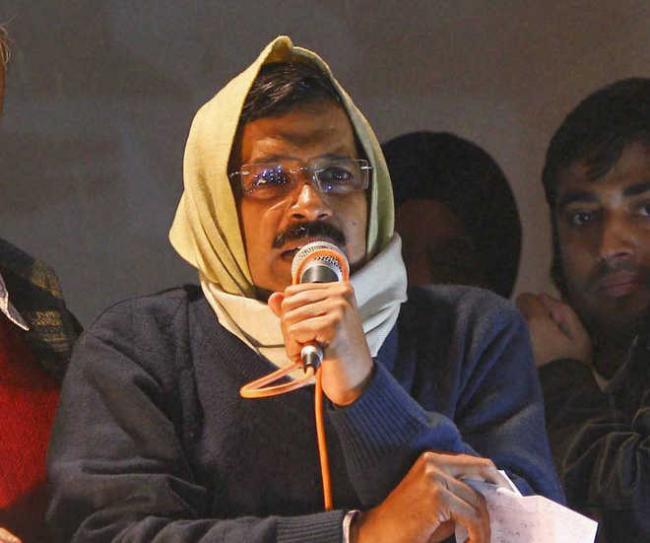 Arvind Kejriwal Heckled For His Cough While Nitin Gadkari Helped Him - Sakshi