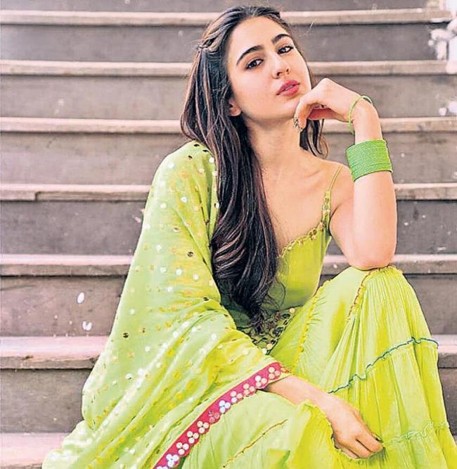 Sara Ali Khan Sings Aankh Mare With Ranveer Singh - Sakshi