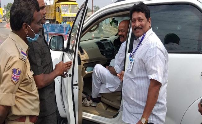Police Checking the Konda Murali Car In Warangal - Sakshi