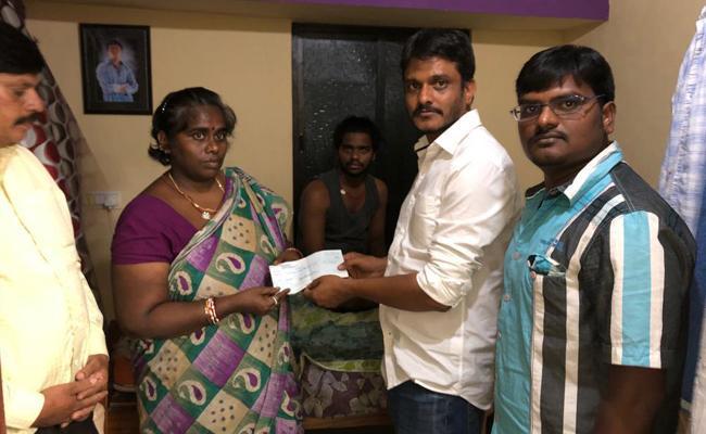 Singapore Telugu Samajam helps workers family - Sakshi