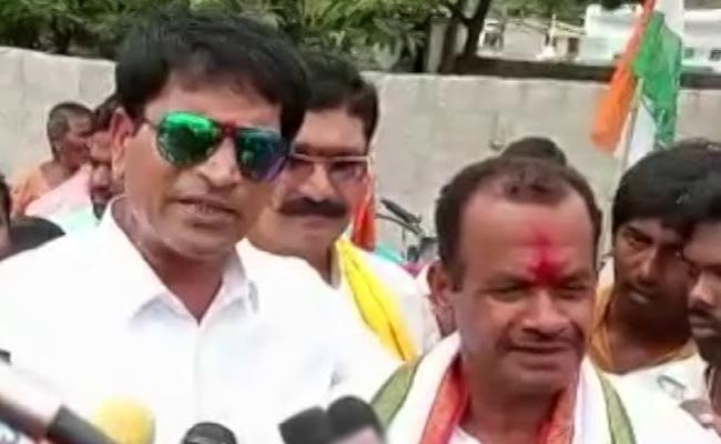 Director Ravi Babu Campaign In Nalgonda About Komatireddy Venkat Reddy - Sakshi