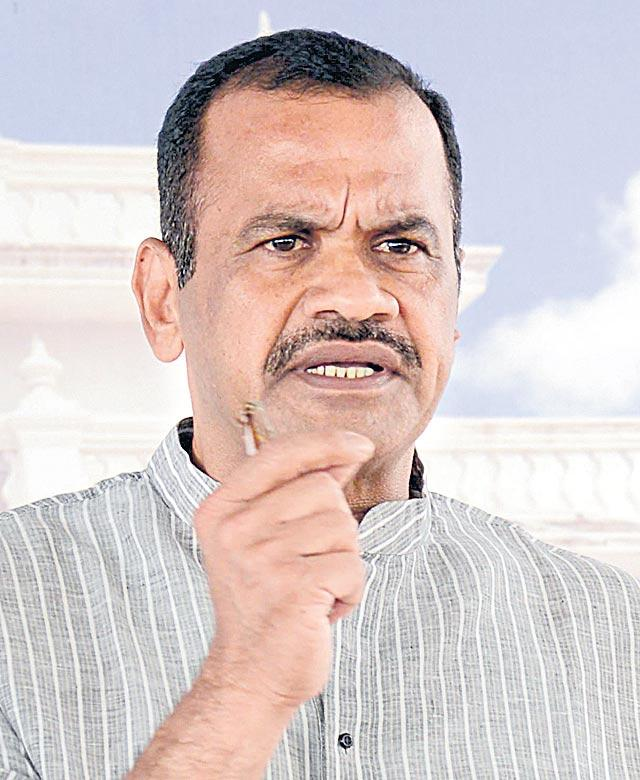 Komatireddy Venkat Reddy Slams CM KCR over surve - Sakshi