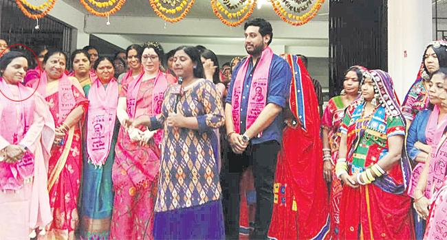 Lagadapati padma requests people to cast vote for TRS - Sakshi