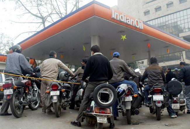 SBI extends deadline for free 5 litre petrol scheme - Sakshi