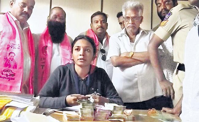 TDP Congress leaders Money Distributing in Kukatpally - Sakshi