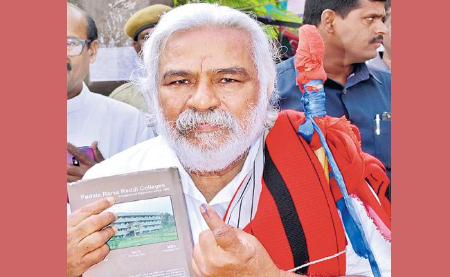 Gaddar Cast His Vote For THe First time In Telangana Elections - Sakshi