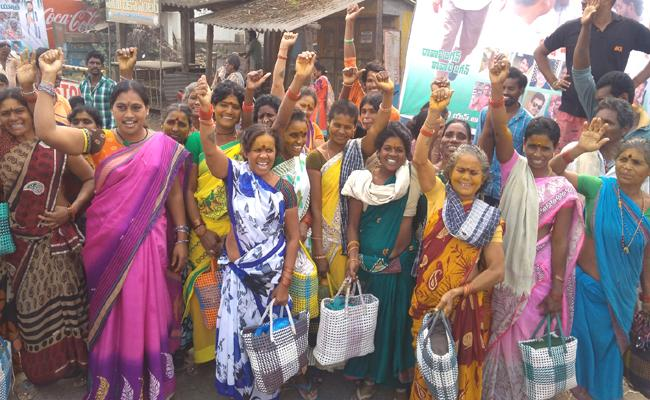 Daily wage workers Support to YS Jaganmohan reddy - Sakshi