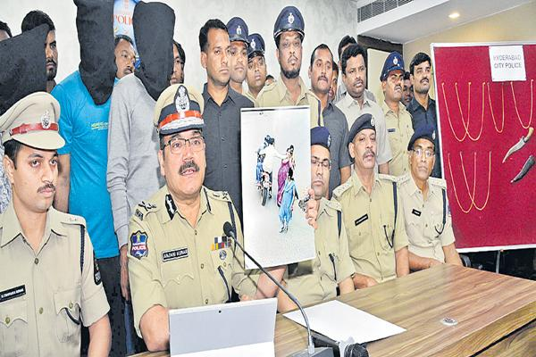 Task Force Police arrested the Chain Snatching gang - Sakshi