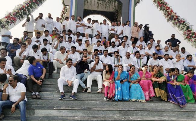 Visakhapatnam People Support to YS Jagan Praja Sankalpa Yatra - Sakshi