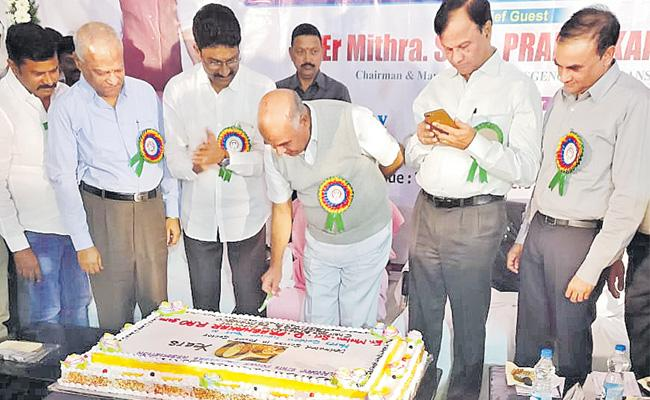 Prabhakar completed the golden festival in the field of electricity - Sakshi
