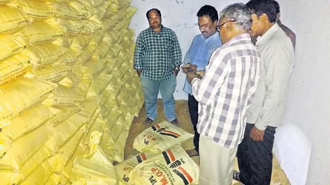 Officials Seize Fake Fertilisers In Palnadu - Sakshi