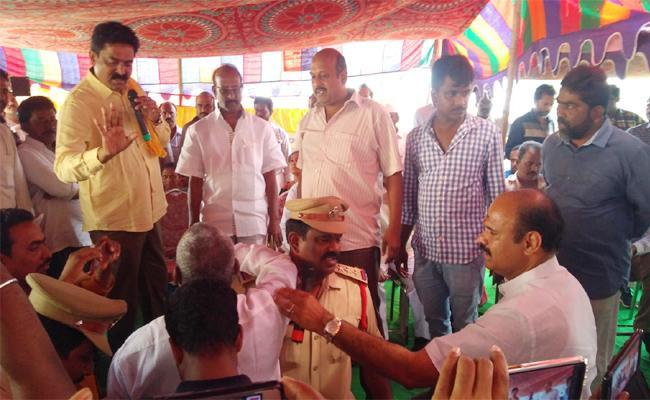 People Protest in Janmabhoomi Maa vooru Programme Krishna - Sakshi