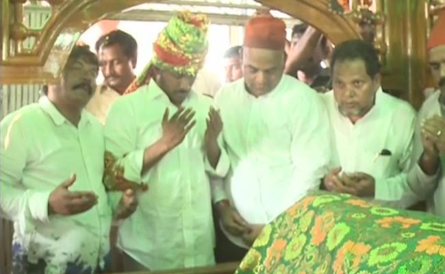 YS Jagan Prayers At Ameen Peer Dargah - Sakshi