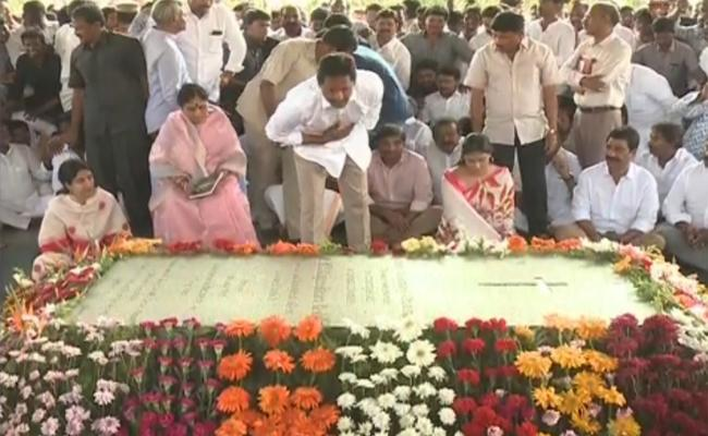 YS Jagan With Family Pays Tribute To YSR at Idupulapaya - Sakshi