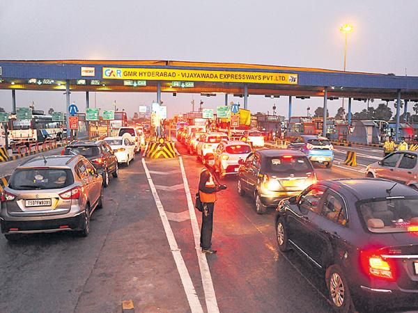Sankranti rush at Panthangi Toll Plaza - Sakshi