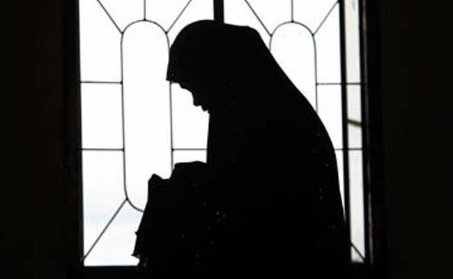Machilipatnam Police Arrest Woman Beggar When Thefting - Sakshi