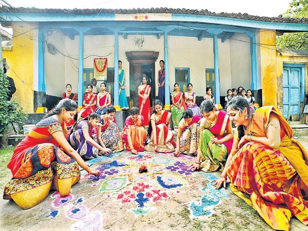Towns people went to Villages for Sankranti Festival - Sakshi