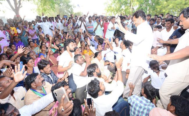 Pulivendula People Meet YS Jagan After Praja Sankalpa Yatra - Sakshi