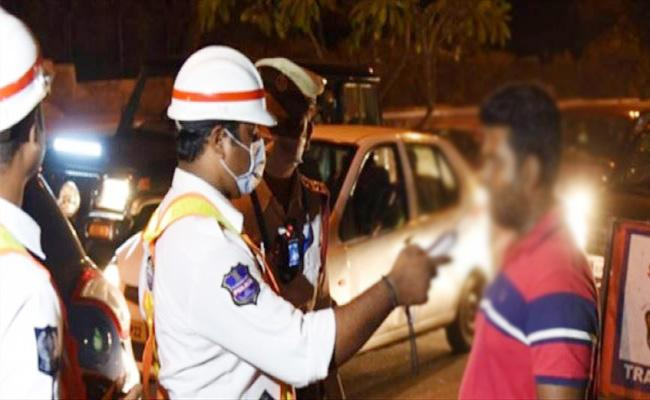 Hyderabad Traffic Collect Daily One Lakh Challan in Drunk And Drive - Sakshi