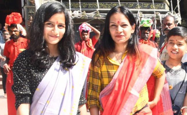 Dress code at Durga temple from Tuesday - Sakshi