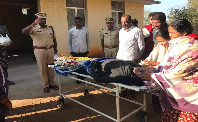 Constable Dies Of Heart Attack While Duty At Kannepalli Pump House - Sakshi
